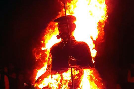 El fuego quema lo malo de 2016 y Olentzero se despide hasta 2017
